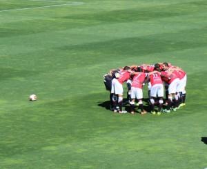 L'onze titular del Nàstic fent una pinya abans de començar el partit