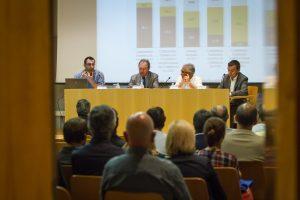 Imatge de la taula dels ponents i una part del públic assistent. (Fotografia: David Oliete)