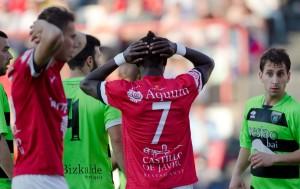 Els jugadors del Nàstic lamenten l'ocasió perduda. Foto: JC León (l'Esportiu)