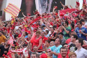 Els seguidors grana després del gol de David Rocha. Foto: Judit Fernández (L'Esportiu)