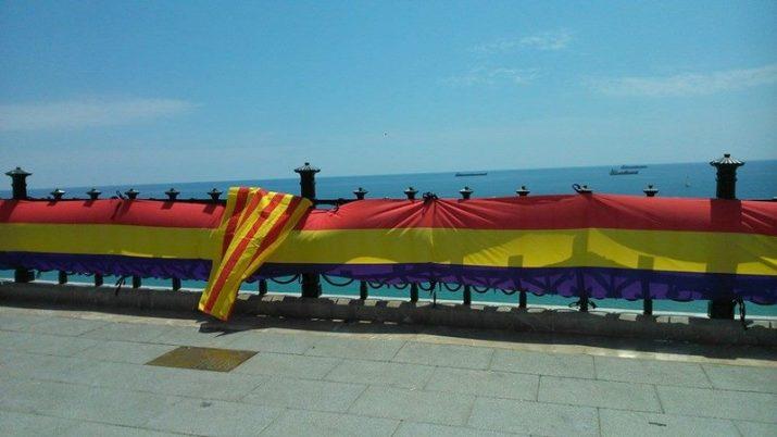 La bandera republicana, aquest dilluns, al Balcó del Mediterrani (foto: Diari de Tarragona)
