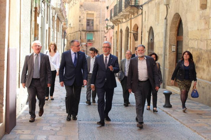 Els alcaldes de Tarragona i Reus, i alguns dels seus regidors, el passat dilluns abans de la trobada entre els dos governs municipals (foto: Diari de Tarragona)