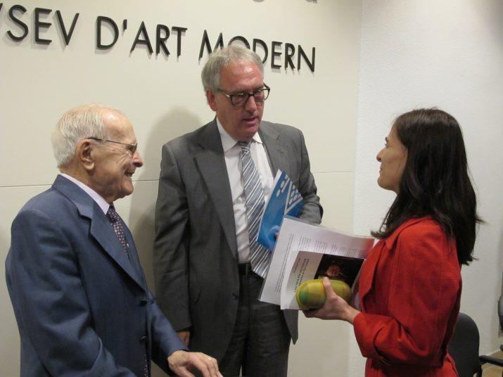 Pere Godall amb el president de la Diputació i la seva néta i autora del llibre, el dia de la seva presentació al Museu d'Art Modern (foto: Diputació de Tarragona)