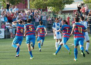 Celebració del gol de Pitu davant de l'Avilès amb Marc Serralès amb les mans al cap.