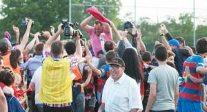 Oriol Alzina (amb polo rosa) celebrant la classificació davant de l'Avilès.