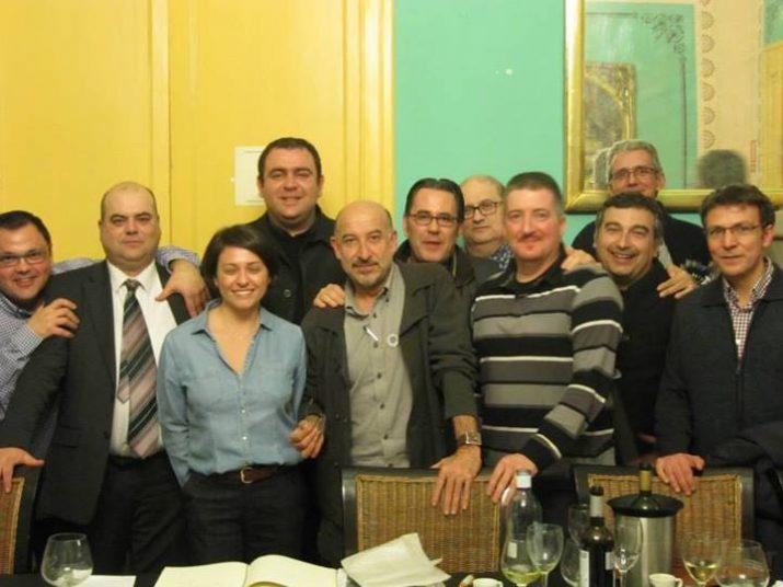 L'economista Germà Bel acompanyat d'integrants dels Sopars del Fórum (Cedida: Sopars del Fórum).