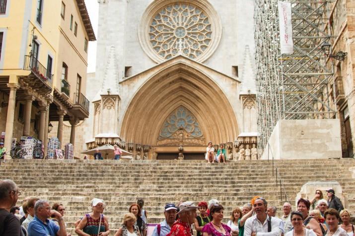 Un grup de turistes a la plça de les Cols, amb la Catedral al fons (foto: David Oliete)