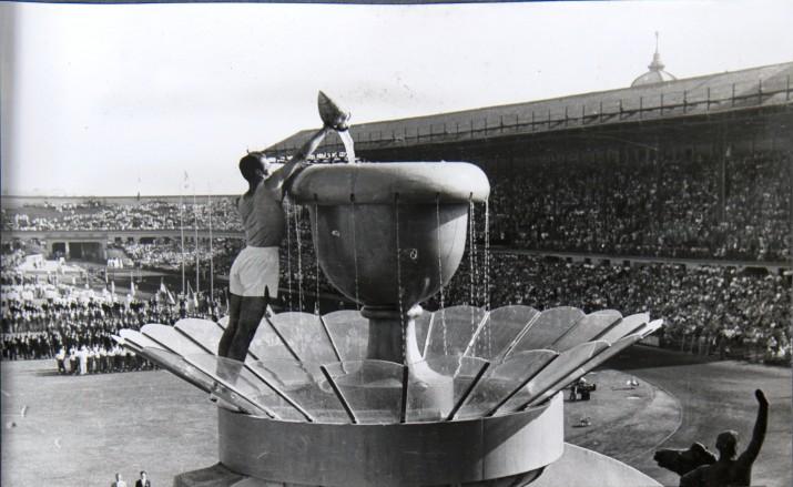 El darrer relleu diposita l'aigua de l'àmfora al peveter de l'Estadi de Montjuïc, a la cerimònia d'inauguració dels Jocs Mediterranis de Barcelona 1955 (Fotografia: Arxiu Fotogràfic de Barcelona).