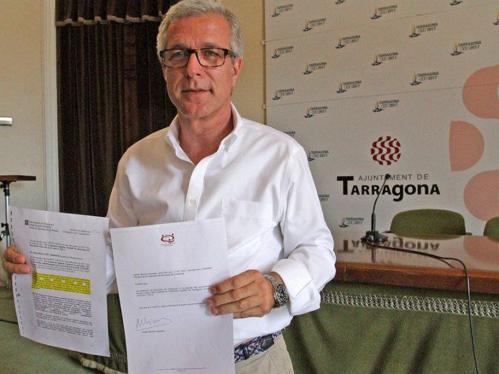 Ballesteros mostrant un certificat de la FMC on consta que no ha percebut cap dieta de l'entitat municipalista (foto: Diari de Tarragona)