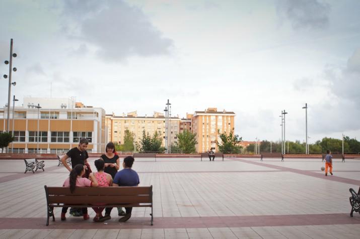 """Educadors de la Fundació Casal Amic conversen amb un grup de joves en una plaça de Camp Clar, en el marc del programa """"A peu de carrer"""" (foto: David Oliete)"""
