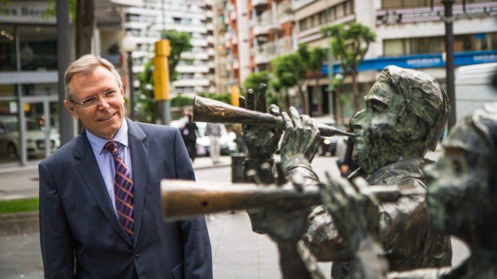 Anton Valero, al costat del monument als castells de la Rambla Nova (foto: David Oliete)
