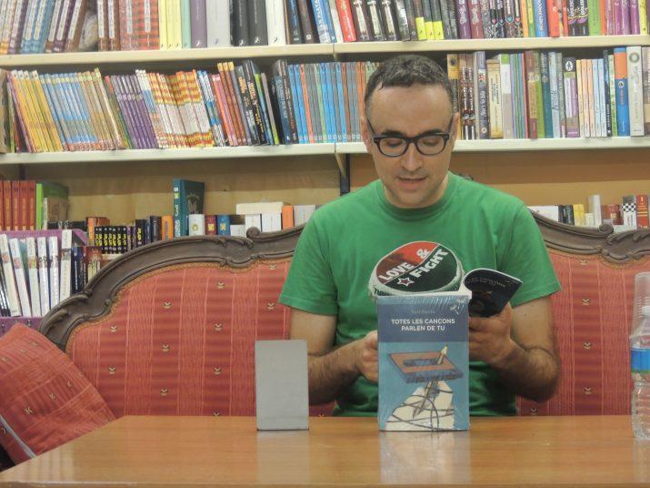"""Xavi Sarrià llegint un fragment del primer capítol de la novel·la """"Totes les cançons parlen de tu""""."""