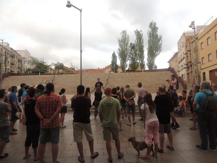 Moment en què els participants de la ruta van aturar-se davant del Pàrquing Jaume I.