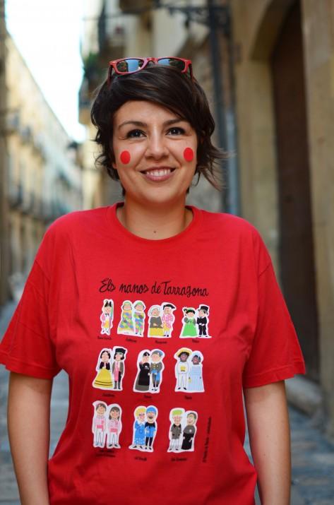 Elisabet Díez, Anduluplandu, amb la seva samarreta festiva d'Els Nanos de Tarragona. Els primers nous subscriptors a la revista rebran de regal la samarreta i el mocador (foto: Empar Ibanyes @ibanyes)