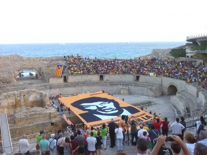 Aquest dissabte, s'ha desplegat a l'Amfiteatre de Tarragona una gran lona amb un missatge adreçat al primer ministre italià, Matteo Renzi, perquè tingui en compte la voluntat dels catalans de votar el seu futur com a poble el proper 9 de novembre (foto: Anna Plaza)