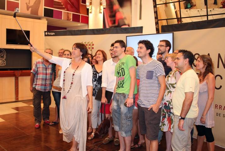 La regidora de Cultura, Begoña Floria, fa un 'selfie' amb els periodistes després de la presentació dels actes de Santa Tecla (foto: Ajuntament de Tarragona)