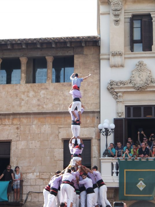 La Jove de Tarragona aixeca el pilar de vuit amb folre i manilles a la plaça de la Vila