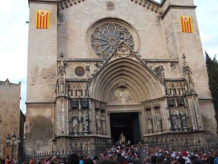 L'església de Santa Maria, de Vilafranca, amb  Sant Fèlix a la porta a punt de començar la Processó