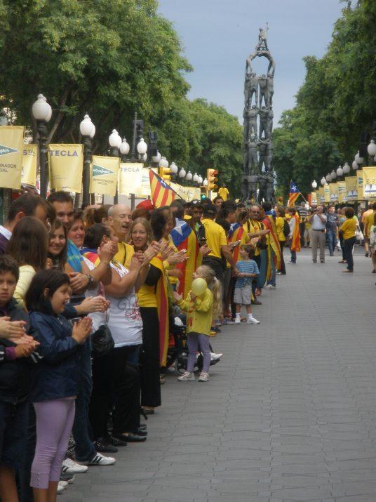 Participants de la Via Catalana, al seu pas per la Rambla i el monument als castells