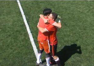 Abraçada entre David Rocha i Tomeu Nadal en la celebració del gol grana. Foto: Tac12