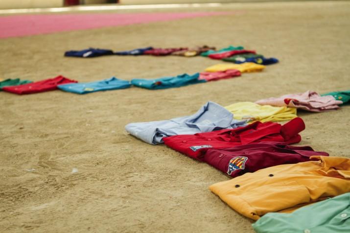 Algunes camises de colles castelleres, a l'arena de la TAP, preparades per a l'elaboració de la portada de la revista (foto: David Oliete)