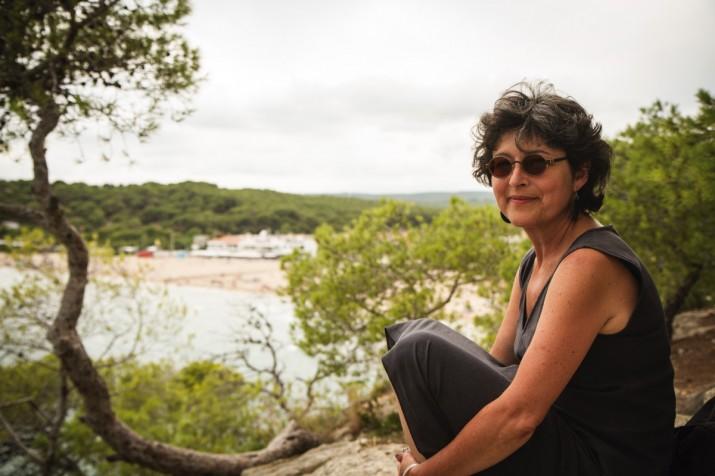 La periodista Griselda Pastor amb la platja de la Mora, al fons (foto: David Oliete)