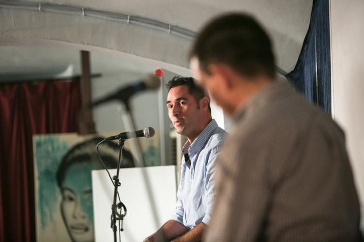 El fotògraf Antoni Coll, al costat del directpr del 'Fet a Tarragona' en un moment de l'acte de presentació de la revista al Cafè Metropol (foto: David Oliete)