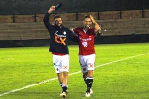 Xavi Molina i David Rocha a la gespa de Paterna celebrant la victòria per 1 a 2 davant del València Mestalla. Foto: Nàstic