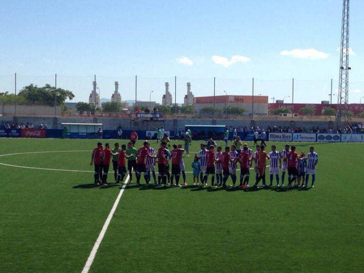 Salutació dels dos equips abans del partit a Son Malferit.  Foto: Nàstic
