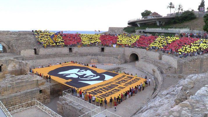 Mural organitzat a l'Amfiteatre de Tarragona per l'ANC, el passat mes d'agost, dins la campanya internacional per buscar suports al dret a decidir dels catalans