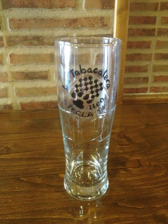La copa serigrafiada del bar La Tabacalera (foto cedida)