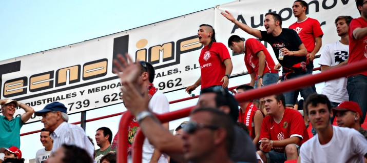 Més de 3500 aficionats van veure el partit al Nou Estadi. El penal de l'empat del Badalona va fer indignar a l'afició. Foto: Elisabeth Magre, cedida (L'Esportiu)