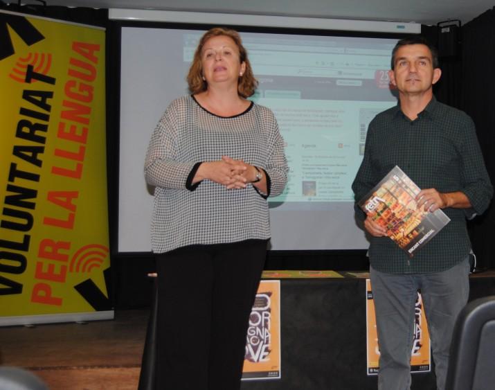 La directora del Centre de Normalització Lingüística de Tarragona, Rosa Maria Ibarz, i el director del FET durant l'acte de presentació de les parelles lingüístiques (Fotografia: Albert Ollés).