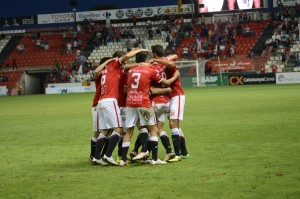 Pinya del jugadors del Nàstic per celebrar el gol i la victòria. Foto:Nàstic
