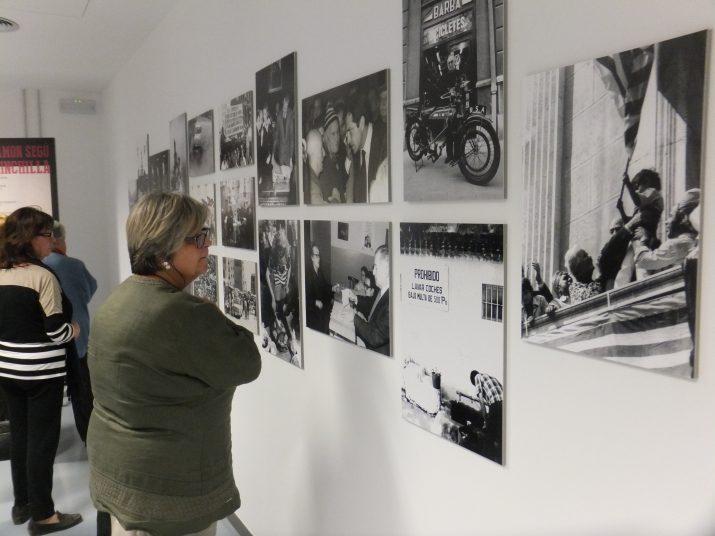 Primers visitants a l'exposició de fotos dels anys 70 de Ramon Segú Chinchilla