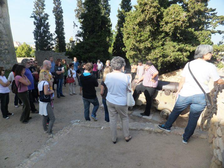 Els participants a l'activitat segueixen les explicacions de Joan Menchón al passeig Arqueològic,
