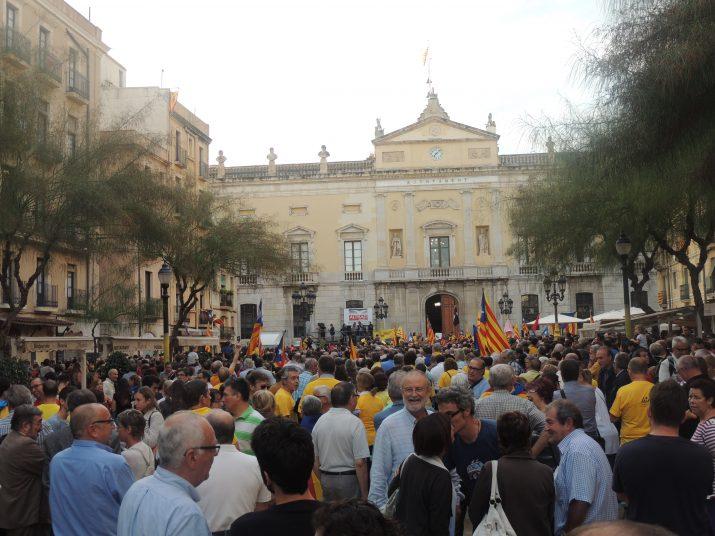 Imatge de la concentració  de resposta a la suspensió cautelar de la llei de consultes i el decret de convocatòria, convocada ahir a la tarda a Tarragona i a tots els municipis de Catalunya.