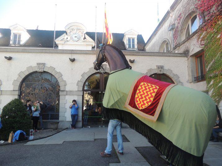 La Mulassa de Tarragona saludant a les portes de la fàbrica de Chartreuse.