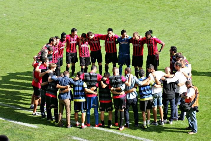 Els jugadors del CF Reus formen una rotllana abans del partit (foto: Jesus Ramiro)