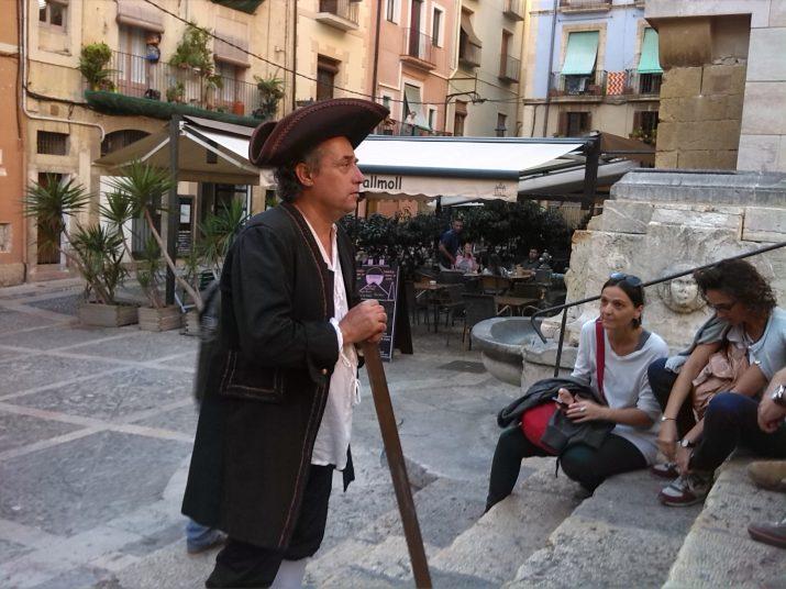 Jaume Martell (Martí Franquès) amb un grup de periodistes a la plaça de les Cols