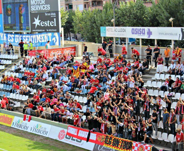 L'afició del Nàstic va acompanyar a l'equip. Uns 200 seguidors grana van ser a la grada del Camp d'Esports.