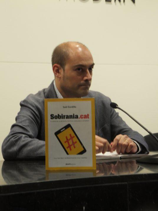 El periodista Saül Gordillo en la presentació del seu llibre 'Sobirania.cat' a Tarragona