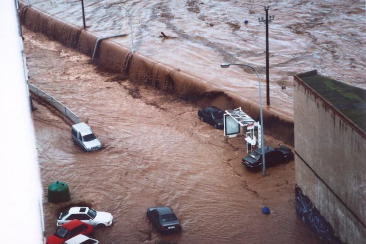 L'aigua del Francolí es desborda a l'alçada de Residencial Palau el matí del 10 d'octubre de 1994 (foto: AA.VV. Residencial Palau)
