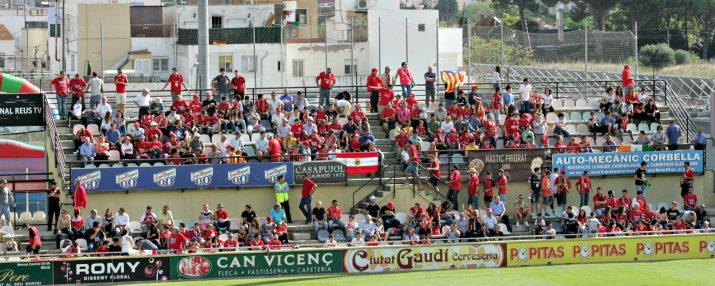 L'afició del Nàstic no va fallar i prop de 300 seguidors han acompanyat a l'equip a Reus. Foto: Jesús Ramiro.