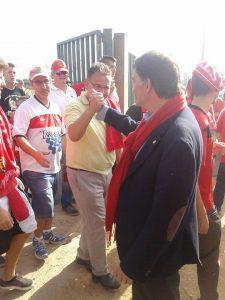 Josep Maria Andreu a la sortida del partit celebrant la victòria amb els aficionats i amb la seva bufanda vermella. Foto:Rafael Sierra