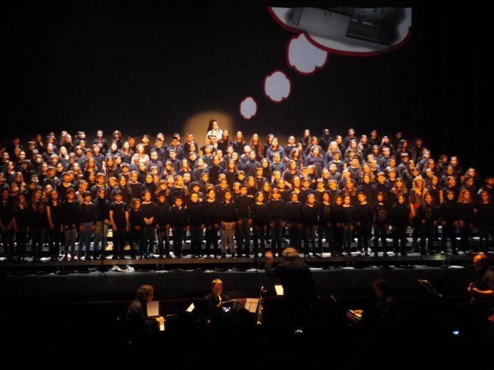 Un moment de la cantata, amb més de 250 nens a l'escenari
