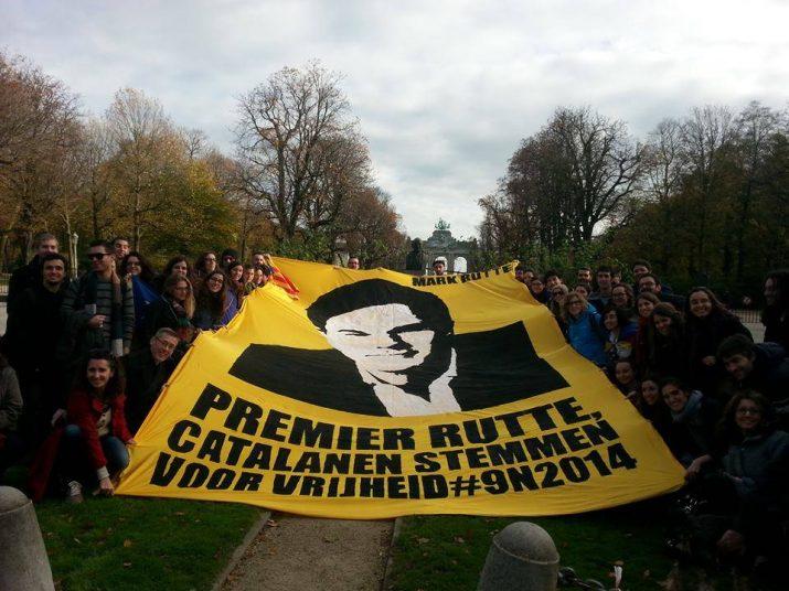 Un grup de catalans residents a Holanda exhibeixen el 0N una pancarta amb el lema: 'Primer ministe, els catalans voten per la llibertat'