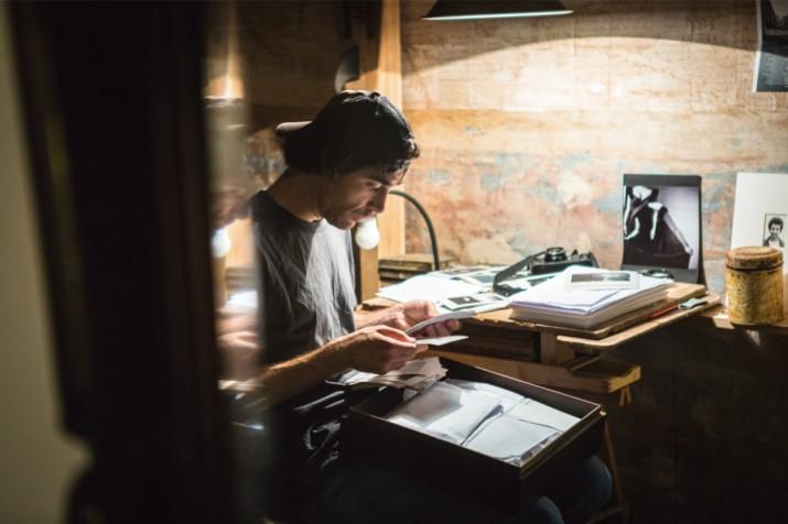 Lluc Queralt al seu estudi de la plaça del Pallol (foto: David Oliete)