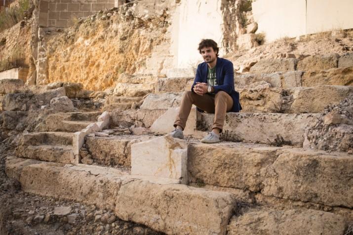 Ferran Gris, a les graderies del teatre romà, a la part baixa de la ciutat (foto: David Oliete)