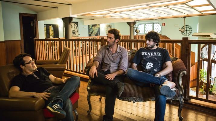 Integrants de les tres bandes protagonistes del reportatge conversen plegats durant l'entrevista amb el 'Fet a Tarragona'